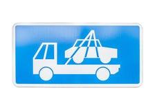 Σημάδι φορτηγών ρυμούλκησης σε ένα σημάδι χώρων στάθμευσης αριθ. που απομονώνεται Στοκ φωτογραφία με δικαίωμα ελεύθερης χρήσης