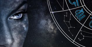 Σημάδι ωροσκοπίων Virgo Υπόβαθρο νυχτερινού ουρανού γυναικών αστρολογίας Στοκ Φωτογραφίες