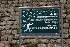"""Σημάδι: """"Beware της επίθεσης hornet """"στο βράχο/Sigiriya λιονταριών στοκ εικόνα"""