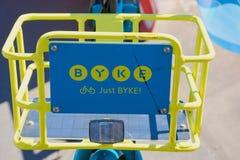 Σημάδι BYKE σε ένα μπλε και κίτρινο ποδήλατο του ποδηλάτου που μοιράζεται την επιχείρηση BYKE στη Φρανκφούρτη στοκ εικόνες με δικαίωμα ελεύθερης χρήσης