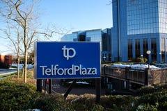 Σημάδι Plaza Telford το χειμώνα με τα κτίρια γραφείων στο υπόβαθρο στο πόλης κέντρο Telford στο Shropshire, Αγγλία Στοκ Εικόνες