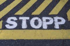Σημάδι STOPP στάσεων σε σουηδικά που χρωματίζονται στην άσφαλτο στοκ εικόνα