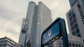 Σημάδι Zoologischer Garten u-Bahn μετρό με τον ανώτερο δυτικό πύργο και Zoofenster στο υπόβαθρο στο Σαρλότεμπουργκ βράδυ απόθεμα βίντεο