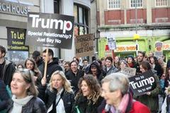 Σημάδια λαβής διαμαρτυρομένων σε μια συνάθροιση αντι-ατού Στοκ Εικόνα