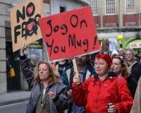 Σημάδια λαβής διαμαρτυρομένων σε μια συνάθροιση αντι-ατού Στοκ εικόνα με δικαίωμα ελεύθερης χρήσης