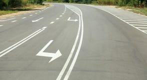 Σημάδια βελών ως οδικά σημάδια προαστιακό driveway Στοκ Εικόνες