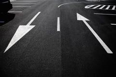 Σημάδια βελών ως οδικά σημάδια σε μια οδό Στοκ εικόνα με δικαίωμα ελεύθερης χρήσης