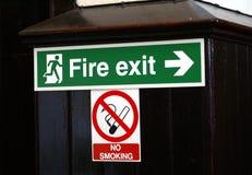 Σημάδια εξόδων απαγόρευσης του καπνίσματος και πυρκαγιάς Στοκ Φωτογραφία