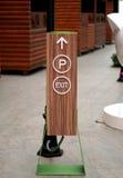 Σημάδια εξόδων και χώρων στάθμευσης στοκ φωτογραφία με δικαίωμα ελεύθερης χρήσης
