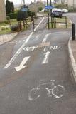 Σημάδια διαδρομής κύκλων που χρωματίζονται στη διάβαση πεζών στοκ εικόνα με δικαίωμα ελεύθερης χρήσης