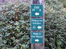 Σημάδια κατεύθυνσης σε έναν κήπο Στοκ Εικόνες