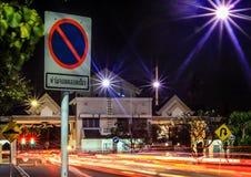 Σημάδια κυκλοφορίας στα ελαφριά ίχνη Στοκ εικόνα με δικαίωμα ελεύθερης χρήσης