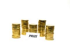 Σημάδι βραβείων στους σωρούς νομισμάτων Στοκ Εικόνες