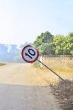 Σημάδια ορίου ταχύτητας Flopping Στοκ φωτογραφία με δικαίωμα ελεύθερης χρήσης