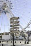 Σημάδια οδών και ρόδα Ferris στην περιοχή παλαιών λιμένων της Μασσαλίας, Γαλλία στοκ εικόνες