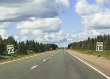 Σημάδια που προειδοποιούν για το όριο ταχύτητας 110 στη Νέα Σκοτία Στοκ Φωτογραφίες