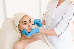 Σημάδια σχεδίων γιατρών στο θηλυκό πρόσωπο στοκ εικόνες