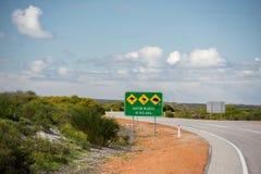 Σημάδι άγριων ζώων στον ατελείωτο δρόμο ερήμων της δυτικής Αυστραλίας Στοκ Εικόνα