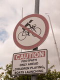 Σημάδι έξω από την προσοχή κανένα biking κόκκινο διασχισμένο κύκλος μονοπάτι μόνο Στοκ Εικόνα