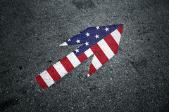 Σημάδι αμερικανικών ευθύ βελών στο πάτωμα ασφάλτου Στοκ Φωτογραφία