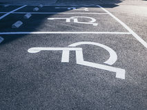 Σημάδι αναπηρίας αναπηρικών καρεκλών στο χώρο στάθμευσης Στοκ φωτογραφία με δικαίωμα ελεύθερης χρήσης