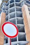 Σημάδι απαγόρευσης στο αφηρημένο υπόβαθρο οικοδόμησης Στοκ φωτογραφία με δικαίωμα ελεύθερης χρήσης