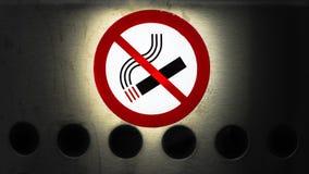 Σημάδι απαγόρευσης του καπνίσματος, εικονίδιο τσιγάρων στην επιφάνεια μετάλλων Στοκ Εικόνες