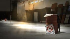 Σημάδι απαγόρευσης του καπνίσματος στην κενή αποθήκη εμπορευμάτων απόθεμα βίντεο