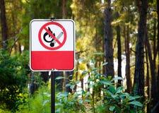 Σημάδι απαγόρευσης του καπνίσματος στο δάσος Στοκ φωτογραφία με δικαίωμα ελεύθερης χρήσης