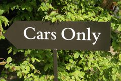 Σημάδι αυτοκίνητα μόνο σημάδι αυτοκινήτων μόνο σημάδι σε έναν υπαίθριο σταθμό αυτοκινήτων Στοκ φωτογραφία με δικαίωμα ελεύθερης χρήσης