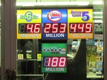 Σημάδι λαχειοφόρων αγορών σε NJ με τα τζακ ποτ που παρουσιάζεται Powerball $188.000.000, Megamillion $253.000.000, επιλογή 6 λότο Στοκ Εικόνες