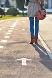 Σημάδι βελών στα tarman και πόδια γυναικών Στοκ φωτογραφία με δικαίωμα ελεύθερης χρήσης