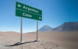 Σημάδι για την Αργεντινή και τη Χιλή στα βουνά των Άνδεων Στοκ Εικόνες