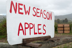 Σημάδι για τις πωλήσεις μήλων ακρών του δρόμου Στοκ εικόνα με δικαίωμα ελεύθερης χρήσης