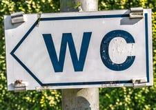 Σημάδι για το WC στο πάρκο Στοκ φωτογραφία με δικαίωμα ελεύθερης χρήσης