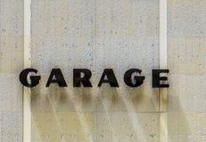 Σημάδι γκαράζ στην πρόσοψη σπιτιών Στοκ φωτογραφία με δικαίωμα ελεύθερης χρήσης
