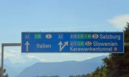 Σημάδι εθνικών οδών στην Αυστρία κοντά στα ιταλικά σύνορα Στοκ Εικόνες