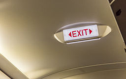 Σημάδι εξόδων στα γενικά έξοδα στον υπόλοιπο κόσμο ι εξόδων κινδύνου αεροπλάνων επιβατών Στοκ φωτογραφία με δικαίωμα ελεύθερης χρήσης