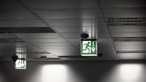Σημάδι εξόδων στον τοίχο Στοκ Φωτογραφία