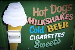 Σημάδι επιλογών καφέδων παραλιών με τα χοτ-ντογκ και milkshakes στοκ φωτογραφία με δικαίωμα ελεύθερης χρήσης