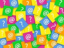 Σημάδι ερωτήσεων και σημάδι ηλεκτρονικού ταχυδρομείου σε χαρτιά σημειωματάριων Στοκ Εικόνες