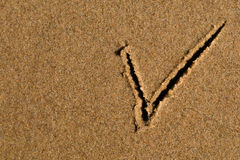 Σημάδι ελέγχου στην άμμο Στοκ φωτογραφία με δικαίωμα ελεύθερης χρήσης