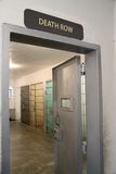 Σημάδι θανατικών ποινών πέρα από μια πόρτα φραγμών κελί φυλακής Στοκ Φωτογραφία