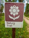 Σημάδι ιχνών φύσης σε ένα δάσος Στοκ Εικόνες