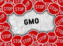 Σημάδι και λέξη ΓΤΟ στάσεων στοκ φωτογραφία