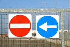 Σημάδι και βέλος απαγόρευσης Κόκκινο καμία κυκλοφορία εισόδων Στοκ Εικόνες