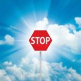 Σημάδι και μπλε ουρανός στάσεων με τα σύννεφα Στοκ εικόνα με δικαίωμα ελεύθερης χρήσης