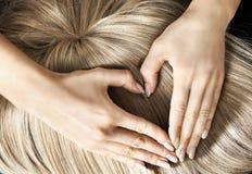 Σημάδι καρδιών στην ξανθή περούκα Στοκ Φωτογραφία