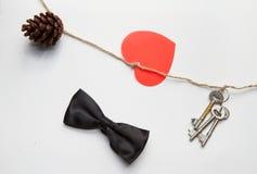 Σημάδι καρδιών στις καρδιές παραλιών στο άσπρο ύφασμα, υπόβαθρο ημέρας βαλεντίνων, ημέρα γάμου Στοκ φωτογραφία με δικαίωμα ελεύθερης χρήσης