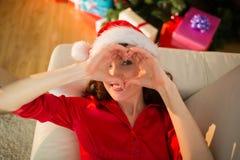 Σημάδι καρδιών χαμόγελου redhead κάνοντας στα Χριστούγεννα Στοκ φωτογραφία με δικαίωμα ελεύθερης χρήσης